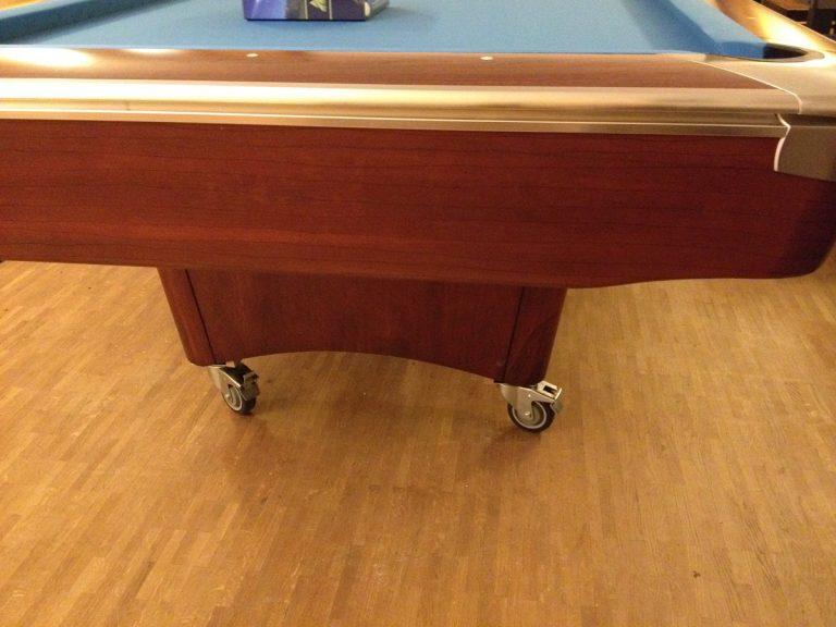 Diesem Tisch haben wir ein paar Rollen verpasst - jetzt ist er beweglich